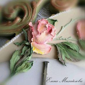 Как вы поняли, уже давно люблю, люблю цветы, думаю каждая девушка, женщина не останется равнодушной А я вообще, люблю ещё обычные полевые цветы - ромашки, васильки.... Подаренныe цветы - это знак внимания, любви, уваэения Мужчины радуйтесь своих любимых и родных женщин без повода, просто так На фото настенные часы, фрагмент #_елена_михайлова #декоративнаяштукатурка #скульптурнаяживопись #объемнаяживопись #объемнаякартина #объемныецветы #часыназаказ #купитьчасы #хендмэйд #розы #ча...