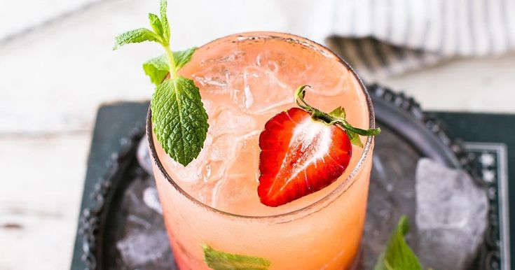 13 gin cocktail recipes to cancel all plans for — Red Best Gin Cocktails, Gin Cocktail Recipes, Cocktail Making, Gin And Tonic, Apple News, Strawberry, Easy Meals, How To Plan, Dinner