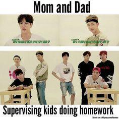 Trad: La mère et le père surveillant les enfants faisant leurs devoirs