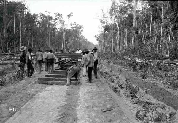 Construção de linhas com dormentes de madeiras