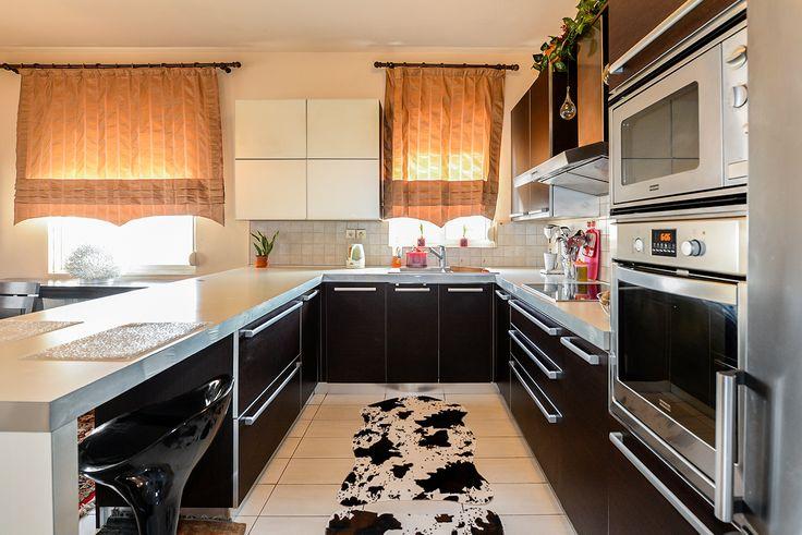 Κουζίνα που συνδιάζει την φωτεινότητα του άσπρου και την κομψότητα του μαύρου. Ένας διαχρονικός συνδιασμός που μπορεί να τονιστεί είτε με ασπρόμαυρα είτε έγχρωμα αξεσουάρ κουζίνας. #efimesitiko #realestate #evros