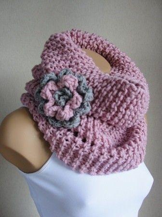 Bonito cuello en rosa con flor lateral.