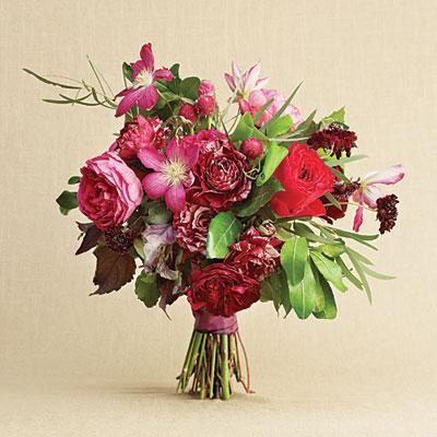 Beerenfreude Bouquet | Dieser lebendige Strauß ist perfekt für eine schwarze Krawatte. …  – Weddings