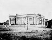 """Le Cercle de Deauville est fondé en 1873 par """"un groupe de propriétaires et de sportsmen désireux d'avoir un lieu de réunion leur donnant les agréments et les commodités auxquels ils étaient habitués dans leurs cercles parisiens"""" (""""Deauville. La Plage Fleurie"""", 1912). Ses membres étaient de hauts dignitaires issus de l'aristocratie, propriétaires d'écuries de courses. Le comité fondateur réunissait des personnalités prestigieuses telles que le vicomte O. Aguado, G. Brinquant, G…"""