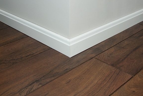Bo dla nas liczą się detale :) biała listwa świetnie sprawdza się przy tak intensywnej podłodze.