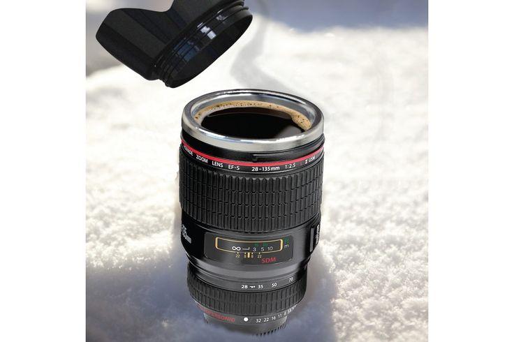 Camera Lens Mok voor op reis van thumbsUp!  Een lekker kopje koffie verdient een mooie mok. De Camera Lens Mok travel is de perfecte mok voor de fotograaf die zijn drankjes onderweg warm of koud wilt houden. #cadeau #mannen #sinterklaascadeau #kerstcadeau #verjaardagscadeau #gadget #koffiemok #vaderdag
