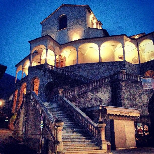 Varallo: Collegiata di San Gaudenzio di notte. #invalsesia #valsesia #montagna #instagram #piedmont #piemonte #instaitalia #italy #varallo #collegiata #church #chiesa #paese #town #night #light