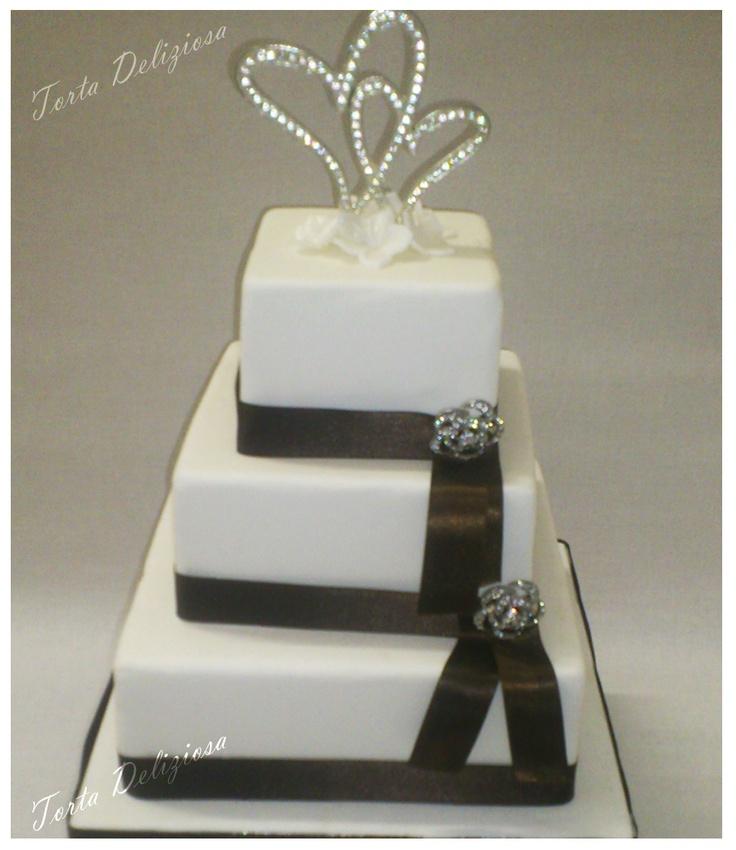 Bruidstaart met diamanten broches en harten