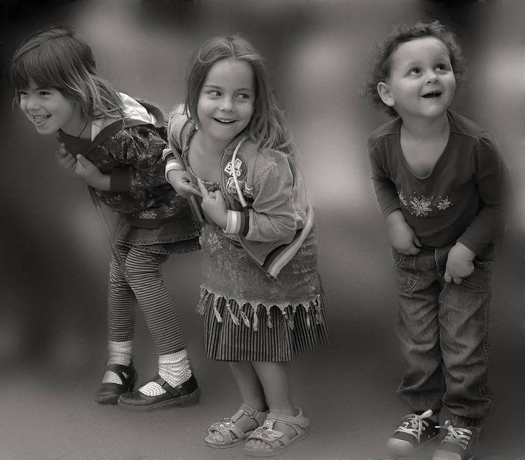 #felices #happy #inocencia #innocence #niños #children #juegos #games #juegosdeniños #kidsgames #sreetphoto #fotosenlacalle #people #gente #blancoynegro #blackandwhite #fotografiaenblancoynegro #blackandwhitephotography #freelife #freelifestyle #freespirit #goodvibes #buenasvibraciones #gypsysoul