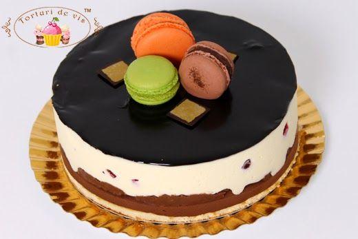 Tort Mousse de ciocolata neagra cu menta si ciocolata alba cu fructe de padure