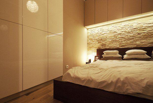 Dzięki przeniesieniu kuchni do salonu,  uzyskano osobną sypialnię, którą wypełnia łóżko szerokie na 140 cm.