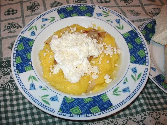 Mămăligă with cheese and greaves