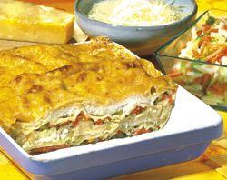 Lasagne van pladijs en fijne groentjes       500 g lasagnevellen     600 g pladijsfilet (diepvries)     400 g groentereepjes (diepvries)     2 dl groentebouillon (1/2 bouillonblokje opgelost in 2 dl heet water)     7 dl visbouillon (1 bouillonblokje opgelost in 7 dl heet water)     2 dl lichte room     100 g geraspte parmezaan     5 eetl. boter     4 eetl. bloem     1 koffiel. gedroogd kruidentuiltje     0.5 koffiel. paprikapoeder     cayennepeper (naar smaak)     peper en zout