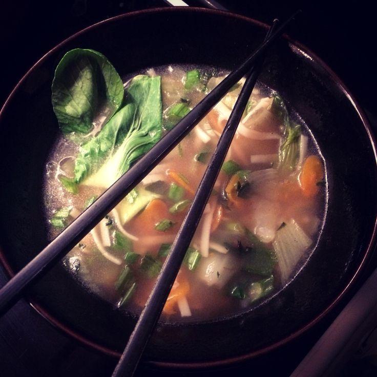 #Bouillon aux saveurs d'Asie,  #pak-choï, ciboule, pâtes de riz, citronnelle fraîche, gingembre, sauce soja, #coriandre, piment...