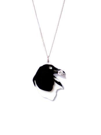Small magpie steals - Designed by Hartog en Henneman Deze ketting presenteert de bekende verhalen van eksters liefde voor glimmende objecten en kostbare juwelen.