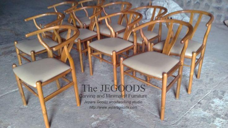 Wishbone chair with upholstery seat. Manufactured in Jepara Indonesia. Continuous production at factory price. #kursicafe #kursirestoran #kursiretro #kursimidcentury #kursiwishbone #wishbonehanswegnerchair #wishbonechairjepara #wishbonechair #teakcafechair