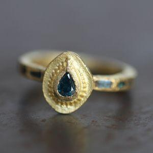 Ravissante bague en or mat 18 carats et petit diamant bleu, taille poire de Esther pour l'atelier des Bijoux-créateurs