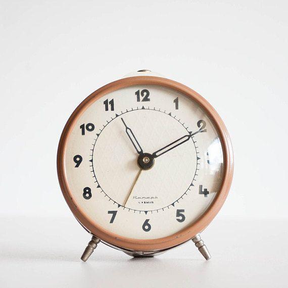 Orologio sveglia sovietico Tan scuro marrone di TheThingsThatWere