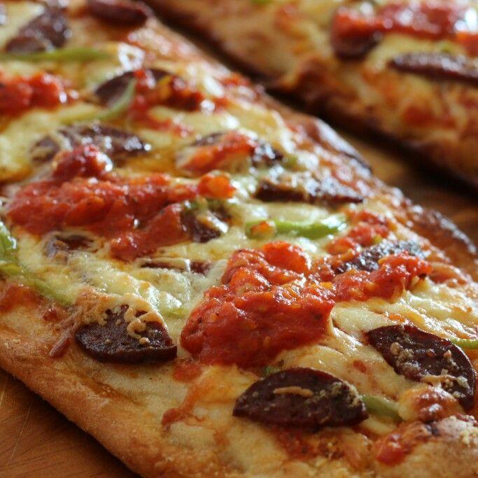 Homemade Easy Pizza/Ev Yapımı Kolay Pizza: Lavaş üstüne domates sosu, parmesan ve taze kaşar rendesiyle üstüne yeşil biber ve sucuk dilimleri ekleyin, önceden ısıtılmış fırında 10 dk. hepsi bu