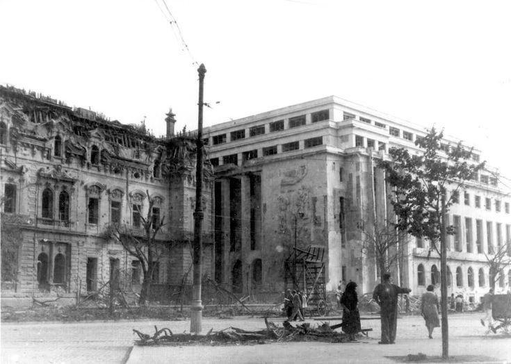 Palatul Sturdza, înghesuit de actuala clădire a Guvernului, înainte de a fi demolat