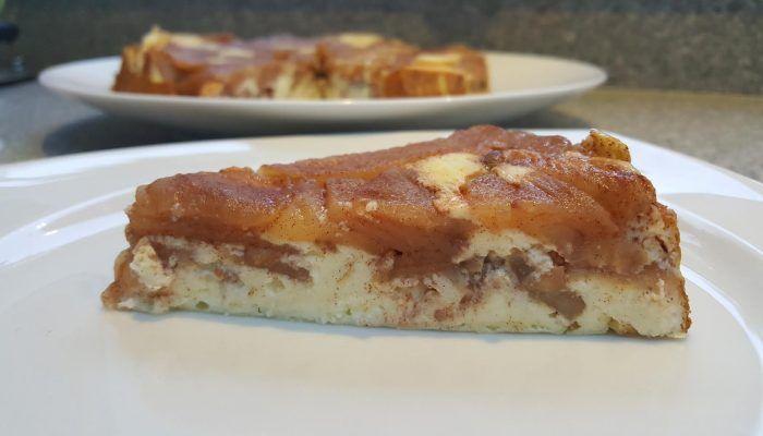 """Helaas staat appeltaart bekend als calorieënbom. Vandaar dit recept voor  magere """"appeltaart"""", dat een mix is van een Tarte tatin (Franse omgekeerde appeltaart) en een cheesecake. Ook lekker als je de appels vervangt door stukjes peer. Dit appeltaart recept is ook geschikt voor Diabetici."""