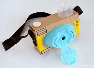 Macchina fotografica giocattolo con materiale di recupero