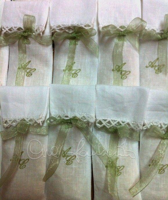Wedding in Italy. Eleganti fazzolettini portariso in lino con iniziali degli sposi | Cira Lombardo Wedding Planner