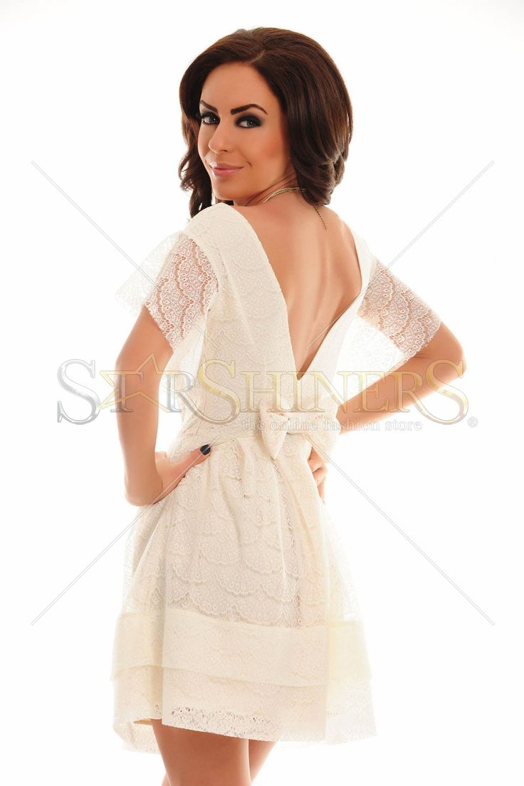 Rochie PrettyGirl din dantela, cu spatele decupat si o funda accesorizata, te va duce cu lejeritate pe culmile modei.