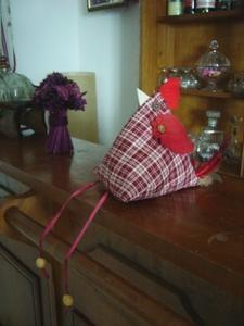 Comme Pâques approche, je viens vous proposer une p'tite poulette très vite faite... Elle est rigolotte non ? Pour la réaliser il vous faudra : un rectangle de tissu dont la longueur sera égale à deux fois la largeur. (le mien fait 40 x 20) des chutes...