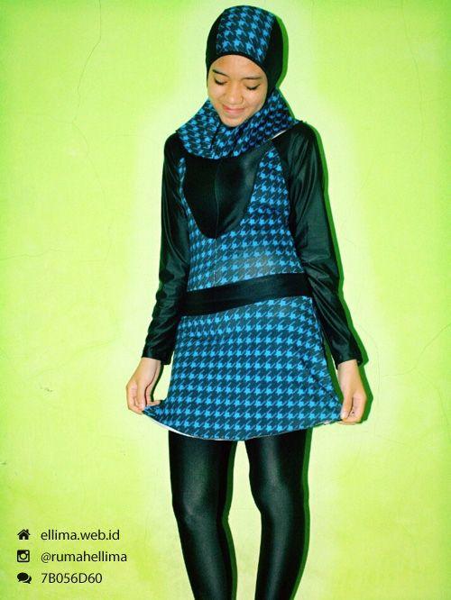 Kode: BRMD201430, Harga: IDR 185.000. Baju renang muslimah dewasa berwarna dasar hitam kombinasi warna biru motif abstrak. Unik, modis dan elegant. Model baju dan celana renang terpisah, dilengkapi jilbab. Resleting disisipkan di depan baju untuk memudahkan pemakaian.