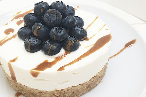 Healthy cheesecake al cocco e mirtilli con base di datteri.