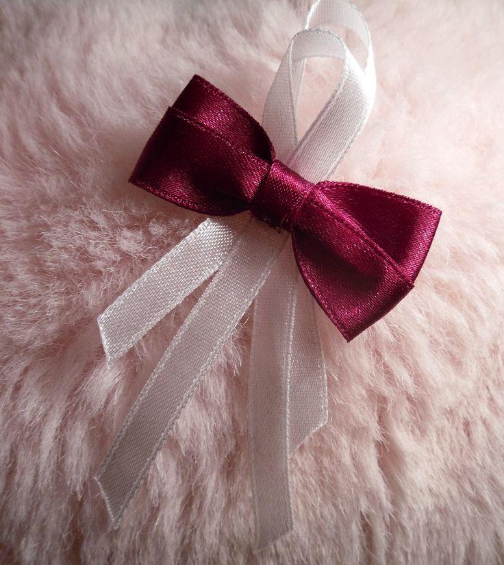 Zbliża się sezon ślubny więc proponuję Wam takie kotyliony mej produkcji :) Dowolne inne kolory ale też i wzory kotylionów (więcej informacji - napisz na maila) Na wszelkie pytania chętnie odpowiem drogą mailową :)  ulcia1710@poczta.onet.pl