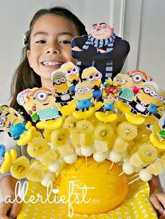 minion traktatie met fruitspies fruitstokje. fruit kebab, treat