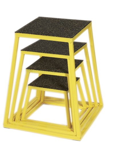 CAJA PLYO. Estas cajas pesadas vienen en diferentes tamaños y están diseñadas para ayudarte a hacer ejercicio pilométricos. También puedes usarlas como plataformas fijas para hacer elevaciones en banco (seto pus), impulso de cadera y sentadillas con caja.