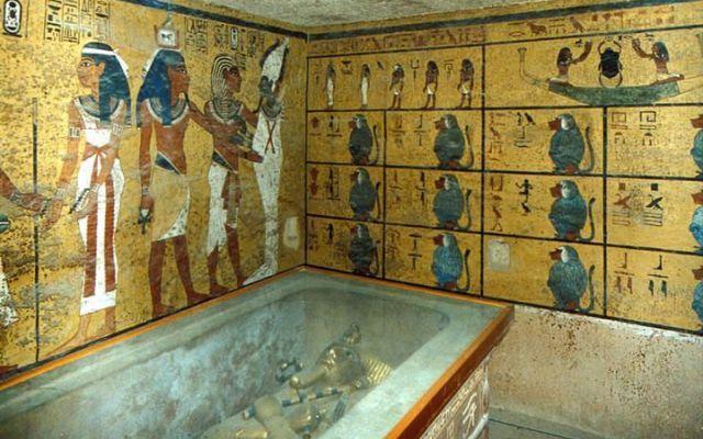 Tomba di Tutankhamon: scoperte due stanze segrete grazie ai raggi X Due stanze segrete sono state trovate dietro i muri della tomba del faraone-bambino più celebre della storia egiziana. A comunicarlo è stato il ministro per le Antichità egiziano, Mamdouh Eldamaty. S #faraone #tomba #tutankhamon #scoperte
