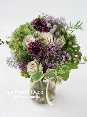 緑の濃淡と紫 いろんな種類の花材、実ものや蔓性の葉っぱを用いたクラッチブーケ ys floral deco