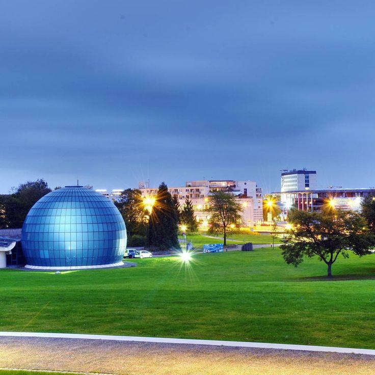 Wir möchten uns an dieser Stelle rechtherzlich für die vielen tollen Fotos bedanken, die uns im Rahmen der WAZ-Fotoaktion erreicht haben. Weit über 100 Leser haben uns mittlerweile tolle Impressionen aus Wolfsburg zugeschickt.    Dieses Foto hat Artur Will geknipst. Es zeigt das Planetarium zur blauen Stunde.    #wolfsburg #waz #zeitung #wazonline #planetarium #licht
