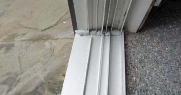 Οι ράγες της μπλακονόπορτας είναι ένα από εκείνα τα σημεία του σπιτιού που συνήθως δεν καθαρίζονται. Μαζεύουν πολλή σκόνη, η οποία μάλιστα αποθηκεύεται στι