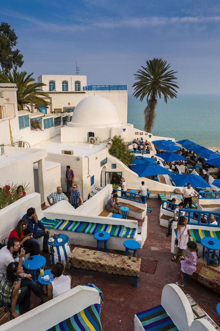 シディ・ブ・サイド/チュニジア チュニジア第二の都市。白壁の建物と青いパラソル、青い海がマッチして、カラフルなオアシスのよう。パープルのブーゲンビリアが、街にさらに彩りを添える。