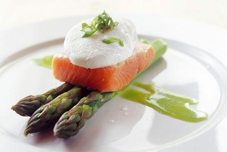 Röding med sparris, pocherat ägg och ramslöksolja | Recept från Köket.se