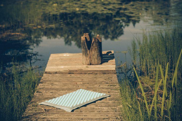 Спокойствие, тишь, слияние с природой, расслабляющий массаж с Pranamat... Так проходил женский лагерь йоги и отдыха! Наши друзья Urban Yoga Riga нашли удивительное местечко на берегу озера, куда пригласили всех желающих действительно отдохнуть, восстановить силы, побыть наедине с собой или предаться беседам о самом сокровенном друг с другом. И, конечно, взяли с собой пранаматы, на которых девушки могли заниматься Хатха йогой или просто наслаждаться оздоровительным массажем!
