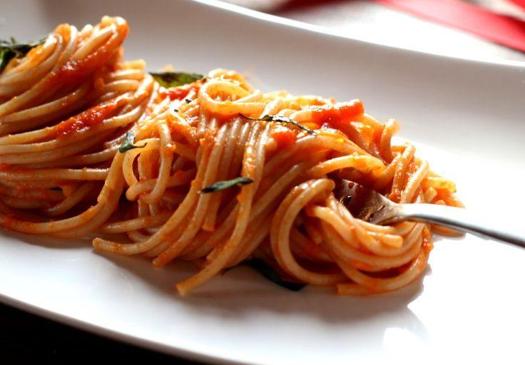 """""""Il pomodorino confit"""" dedica al pelato La Fiammante la sua ode al sugo di pomodoro, perché """"non c'è niente di più italiano""""!  #italiantomatoes #italianfood #spaghetti #italianrecipe"""