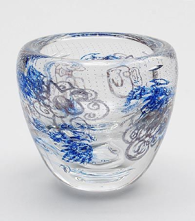Botterweg Auctions Amsterdam > Freeblown clear glass Unica vase(AA 262) with blue and dark red colour-powders and with network of trapped airbubbles, design A.D.Copier 1949, executed by Glasfabriek Leerdam / the Netherlands