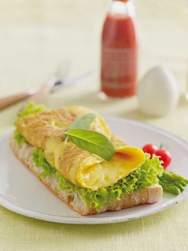 Omelett smaker alltid godt til frokost eller en rask lunsj. Her er oppskrift på en enkel omelett med frisk og god smak.