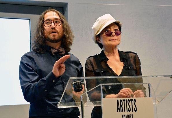 Шон Леннон и Йоко Оно на конференции «Артисты против фрэкинга», октябрь 2012 года