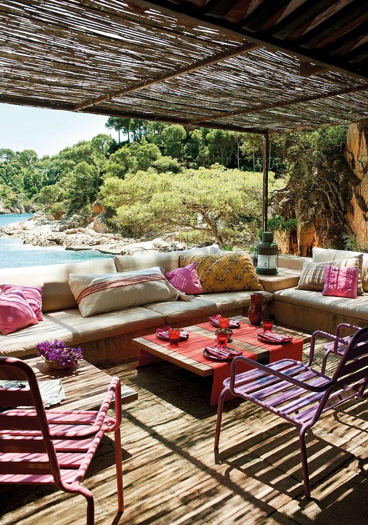 Una colorista ventana al mar  Este es el porche informal de una coqueta casita de invitados que nació en un antiguo embarcadero. Querían enf...