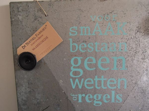 Oud machinepaneel is nu een magneetbord met gezeefdrukte tekst. Magneet is een oude telefoon versterker. € 80,00