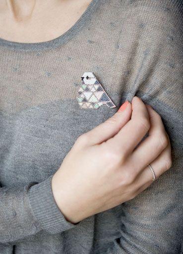 """Mésange - Broche tissée en perles miyuki """"Des étoiles à la Pistache"""" - La reproduction est autorisée à titre privé mais interdite à la commercialisation ©Des étoiles à la Pistache"""