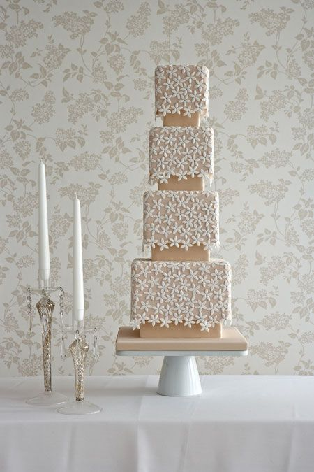 elegant daisy wedding cake.  I so love daisies...just would like to do this on a normal cake.