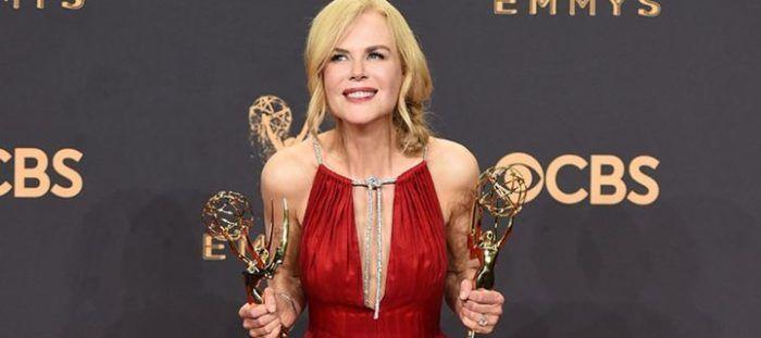 Το βράδυ της Κυριακής, στο Microsoft Theater του Λος Άντζελες, πραγματοποιήθηκε η 69η απονομή των βραβείων Emmy με πολλές διάσημες κυρίες να κλέβουν τις εντυπώσεις με τις δημιουργίες τους αλλά και τα διαμαντένια τους κοσμήματα.  Ανάμεσα σε αυτές που έκλεψαν την παράσταση ή